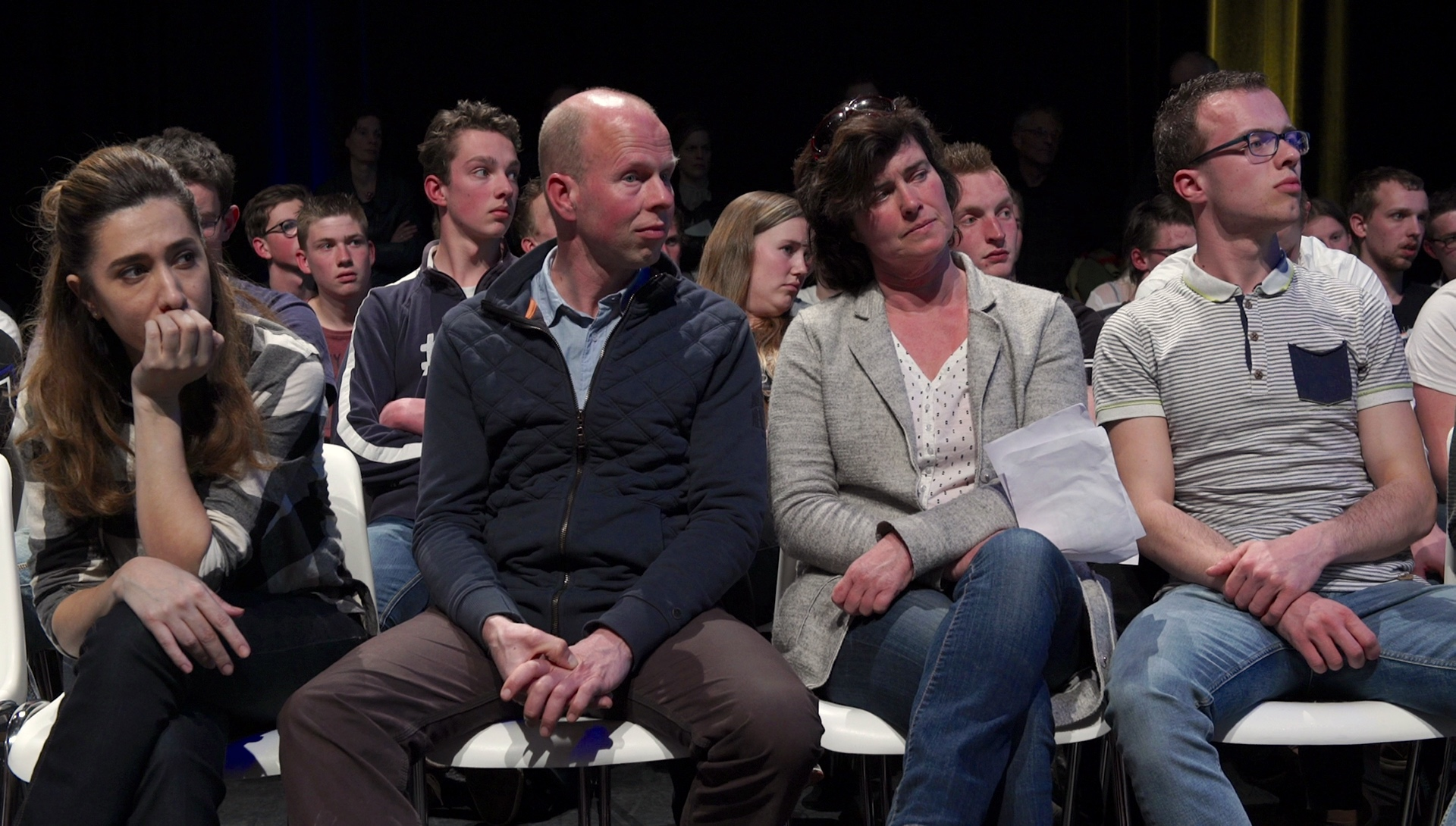 Fidan en familie Van Essen tijdens een debat