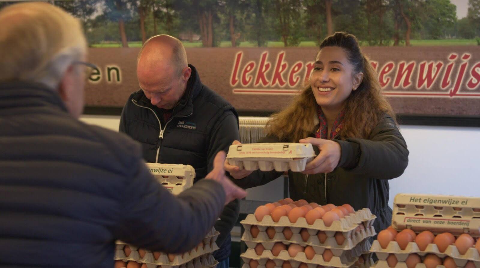 Fidan en Henk-Jan op de markt in Huizen